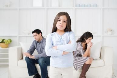 Angry girl between two divorced parents - Photo © Image Source/Getty Images