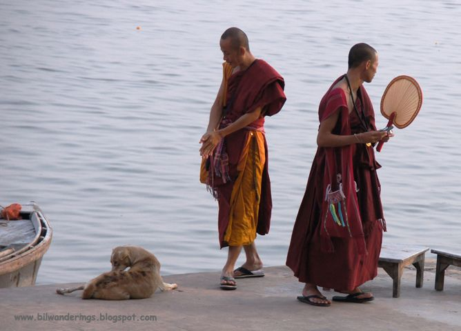 https://flic.kr/p/b5Wxc2 | India, Varanasi, buddhist monks, at Rajendra Prasad Ghat |   INDIA GENERIC flickrset
