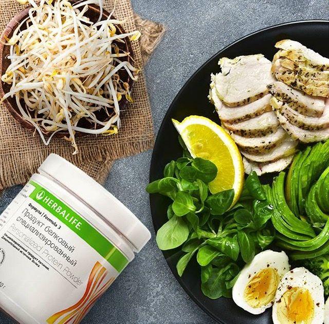 Для того, чтобы #питание было полезным и сбалансированным, в рационе должны присутствовать #белки и растительного, и животного происхождения. Как правило, #белки_животного_происхождения содержат больше аминокислот и легче усваиваются, однако и среди растительных белков есть свои «#чемпионы». К примеру, #соевый_белок. Он содержит 10 необходимых аминокислот и обладает высочайшим коэффициентом усвояемости – 90%! Помимо сои, растительным белком богаты #орехи и #чечевица, а животным - #курица…