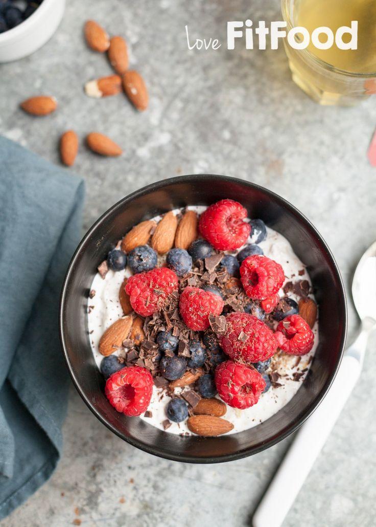 Lactosevrij verwenontbijt met yoghurt, frambozen en chocolade