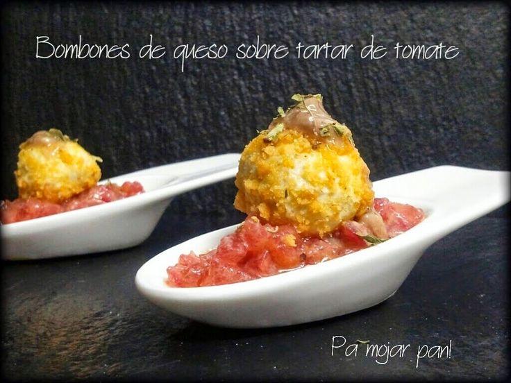 Ingredientes:     150 gr. de queso azul   1 chorrito de crema de leche   Aceite de oliva virgen extra   2 tomates pequeños   Un pu...