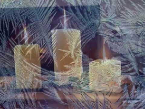 Ha a tél beáll és az ajtódon a karácsony kopog Nyisd ki lelkedet és a fényesség betölti otthonod. Refr.:A gyertya lángja égjen és senki se féljen Egy kevés n...