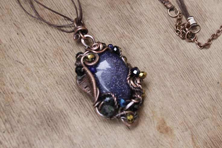 """Pendentif """"Succès"""" est faite dans la technique de wire wrap avec авантюриновым verre et perles de cristal à la : Pendentif par cuivre-bijoux"""