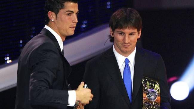 Cristiano Ronaldo e Lionel Messi na entrega do prêmio de melhor jogador do ano em 2009. No ano seguinte, o argentino fracassaria na Copa da África do Sul