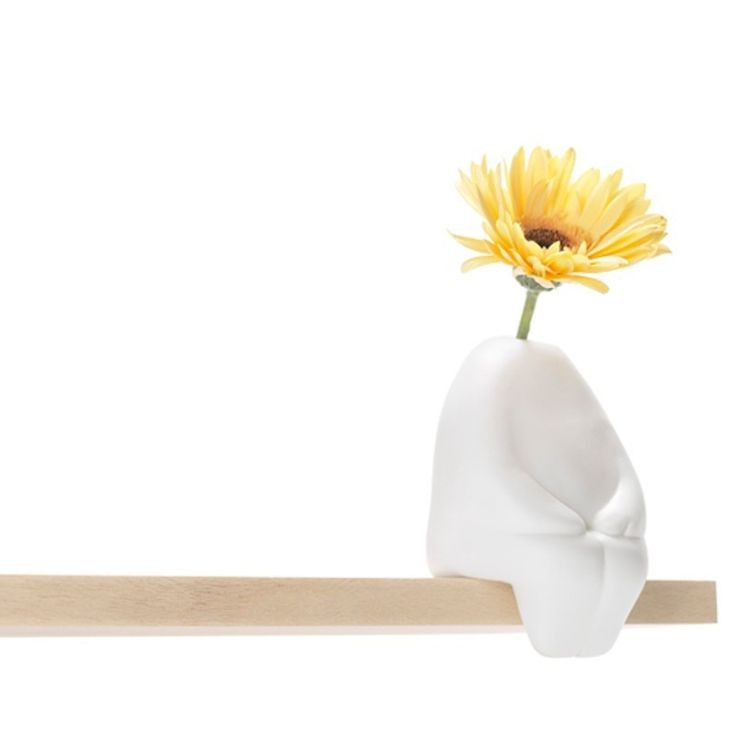 """Un amico tenero e panciuto che vi porge sempre un fiore, senza pretendere nulla in cambio...  È questa la vera essenza di questa originale e divertente idea regalo: il vaso """"Flowerman"""" riproduce la sagoma di un uomo seduto stilizzato, in cui potrete inserire un bel fiore che spunterà al posto della testa."""