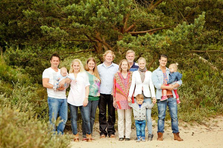 www.chantaltak-fotografie.nl ~ Familie fotoshoot op locatie familieportret. Fotograaf Alkmaar, Heiloo en omstreken. Chantal Tak Fotografie, voor bruidsrportages en fotoshoots, fotografeerd in heel Nederland. #fotoshoot #bos #familyportrait #family #NoordHolland #ChantalTakFotografie #fotograafalkmaar #fotograaf #photoshoot #Heiloo #natuur #broer #zus #duinen #Schoorl