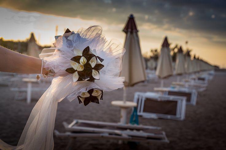 Allestimento creativo per matrimonio in carta, realizzato per un matrimonio in spiaggia al mare. #creativitàincartapermatrimonio #matrimonioincarta #allestimentiincartapermatrimonio #adcreazioniincarta