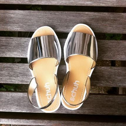 Add a pop of shine to your summer outfits with the schuh Pop sandals in silver. c/o @ejbhammy