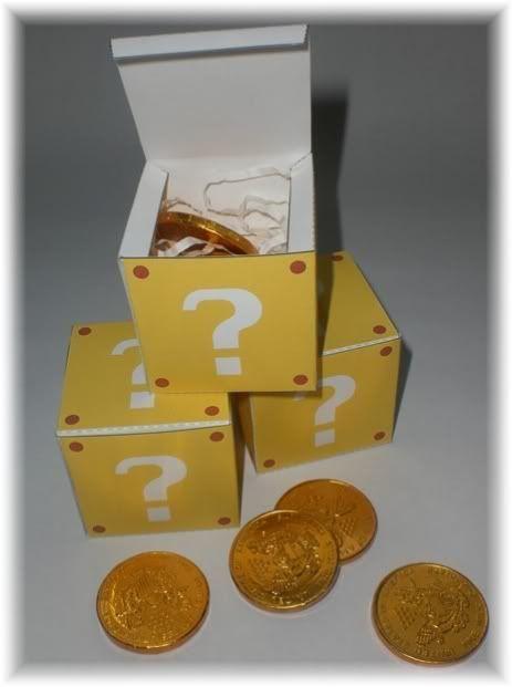 Cajas con monedas de chocolate.