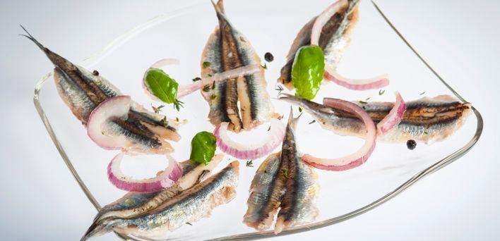 Acciughe marinate. Per leggere la ricetta: http://myhome.bormioliroccocasa.it/myhome/it/home/spazio-alle-idee/idee-chef/acciughe-marinate.html