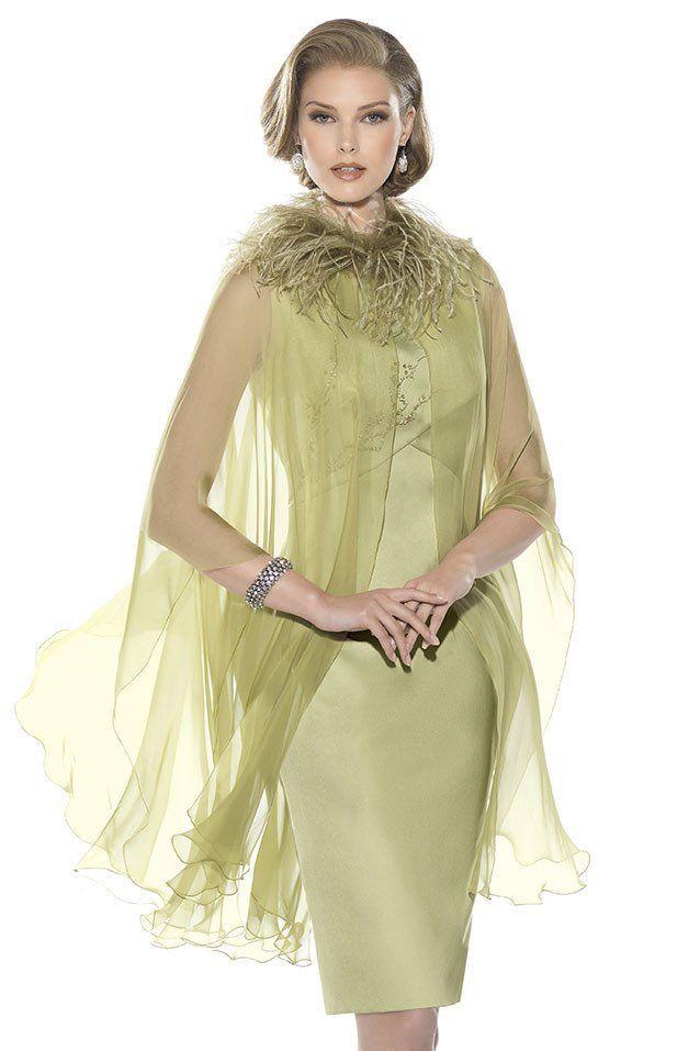 Consultar precio o pedir una cita Vestido de madrina corto en raso color verde y bordado artesanal a tono. Capa en gasa de seda color verde. Colección Teresa Ripoll. Confección a medida y posibilidad de hacer en otros tonos.