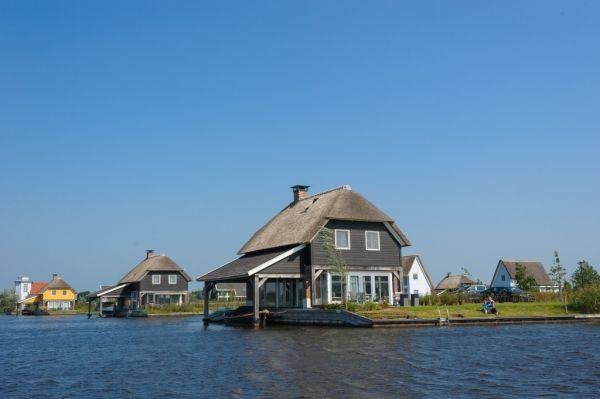 De vakantiehuizen in Weerribben-Wieden bieden u een vakantie vol rust en ruimte. De gezellige vakantiehuizen zijn ideaal voor gezinnen en families. De ruime groepsaccommodaties in Weerribben-Wieden zijn zeer geschikt voor grote groepen, zo kunt u met uw familie of vrienden samen de vakantie doorbrengen. http://www.heerlijkehuisjes.nl/nl/vakantiehuizen-weerribben-wieden