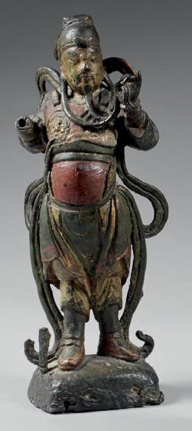 tatuette en bronze laqué polychrome, représentant Guandi debout, tenant une mèche de sa barbe. (Usures, accidents, main droite manque). Chin...