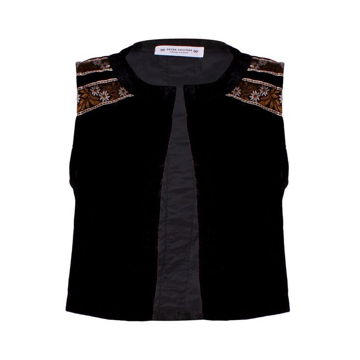 Bohemian Stories, Seven Heavens, $30.000. Chaqueta sin mangas color negro de terciopelo con aplicaciones en los hombros, esta prenda con gran estilo la puedes usar en diversas o...
