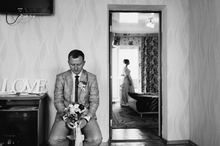 Сегодня поговорим о моментах, моментах свадебного дня!!! Их очень много, есть те моменты которые все знают и все хотят видеть, встреча жениха и невесты это один из самых эмоциональных. В тот миг когда жених первый раз видит свою суженную в образе невесты на его лице можно найти просто огромное количество эмоций. Это и восторг и радость и счастье и удивление и страсть.... . Я, как фотограф, всегда стараюсь сделать все возможное чтоб запечатлеть эту минуту в самом выгодном свете и с самого…