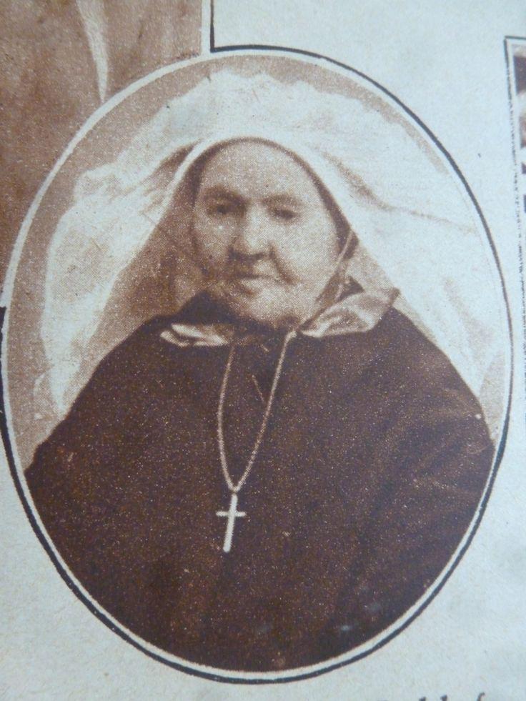 Brabantse vrouw met poffer. Met cache-nez en gouden kruis met ketting. #NoordBrabant