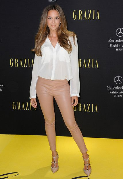 Fashion-Looks: Très chic! Zur lockeren, weißen Bluse kombiniert Mandy Capristo eine Lederhose und spitze High Heels mit Riemchen.