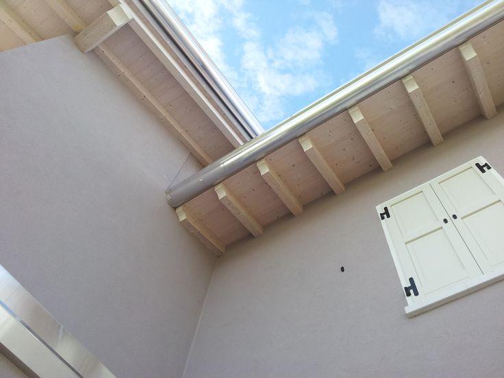 La cura dei dettagli richiama l'interno con la parte esterna: il sotto tetto è avorio come le porte interne in avorio legno lavorato e i canali come le finiture interne del bagno.