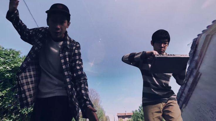 Für das Video zu ihrem Song Eye haben sich die Jungs der japanischen Band group inou Google Street View-Aufnahmen zusammen gebaut. Am Ende steht ein Timelapse-Video voller billig zusammen gebauter CGI, die aber genau durch fehlende Schatten, obskure Läufe auf Autobahnen und die beiden etwas deppert drein schauenden Japaner erst seinen Charme erhält. Erstellen kann [ ]