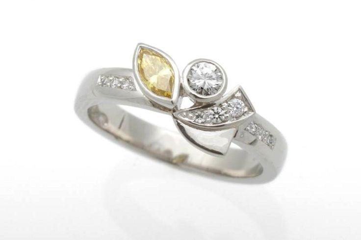 Uniikki platinasormus keltaisella ja värittömillä timanteilla.