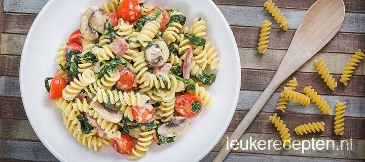 pasta met spinazie, champignons, spekjes en tomaatjes in (kook)roomsaus.