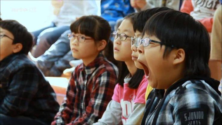 〈 SOCIAL - LES ROBOTS A L'ECOLE〉 La Corée du Sud est un pays discret et pourtant très en avance sur la technologie du futur... Ils étudient la robotique au service de l'humanité et donc cela passe par l'éducation à l'école. Ce documentaire date de 2013. Nous serions curieux de connaître leurs avancées et si les robots sont aujourd'hui entré de façon permanente dans les écoles et au quotidien dans d'autres domaines. Sources & Crédits : ARTE/C YTC