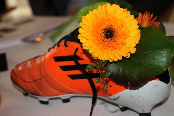 Konfirmantens blomster dekorasjon. Fotballfetter.