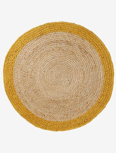 Matière naturelle et joli liseré de couleur pour ce tapis en jute qui se fondera à merveille dans la chambre de votre enfant !  DIMENSIONS   Diamètre : 92 cm.   • bord jaune  Tapis enfant en jute.;