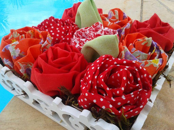 Integração da natureza com a arte. Aqui a flor de tecido mostra originalidade e seu real valor.