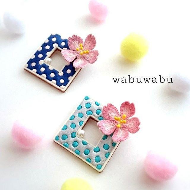 【wabuwabu.k】さんのInstagramをピンしています。 《❗❗new❗❗ . 『桜流し🌸』 . まだまだ寒くて桜には遠いですが、早く春になれ~(-人-)の願いを込めて、桜のブローチを作りました🙌🎶 . 『桜流し』とは、散った桜が雨などで流れていく様子のことなんですね~🌸 . って😱💦 . もう散ってるー💦まだ、咲いてもいないのに散った桜をイメージして作っちゃいました😂(笑) . でも、出来上がっちゃったものは仕方ありませんからね(笑) . 桜のお花は立体刺繍にしてみました❗ 水玉模様は、流れていく花びらをイメージしています🌀🌀🌀 . そして一粒ぷちっと添えたパール(ビーズ)が、雨粒を表しています☔ . wabuwabuとしては、この添えられた一粒が凄くお気に入りです😚💕 . . 春を待つ気分を味わってもらえたり、また桜の季節にはより桜を楽しむアイテムとして役立ててもらえたら嬉しいですね😚💕…