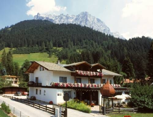 Berghaus Halali - dein kleines Hotel an der Zugspitze Ehrwald Situated in Ehrwald in the Tyrol Region, 900 metres from the Ehrwalder Almbahn Cable Car, Berghaus Halali - dein kleines Hotel an der Zugspitze features a children's playground and sun terrace.
