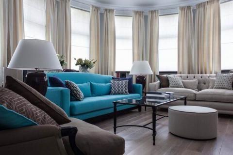 Большой диван голубого цвета в гостиной