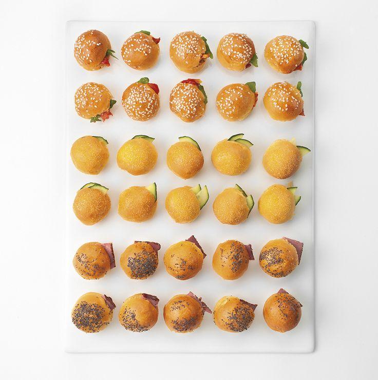 MINI BRIOCHES 35 pièces salées : - fromage de chèvre, tomate séchée - saumon fumé, yaourt grec aux herbes - pastrami, malossol
