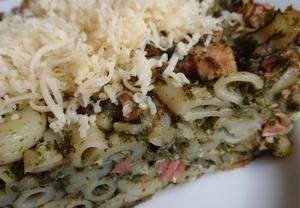 Cibuli pokrájíme a na oleji osmažíme dozlatova, přidáme osmažit i na kostičky pokrájené uzené maso (lze použít i šunku) .   Uvařené těstoviny na sku...