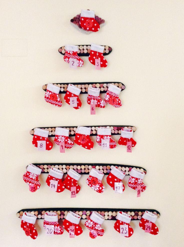 Árbol de navidad, calendario de adviento, hecho con corchos usados, lana y botitas