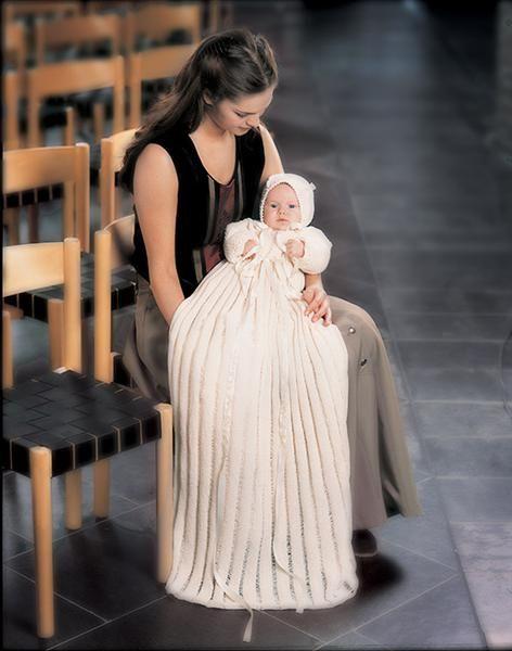 Tema 2: Tema 2 Dåpskjole med bokstaver #strikk #dåp #dåpskjole