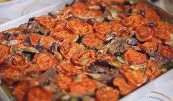 Et, domates ve yağ fırında buluşuyor, mideleri şenlendiriyor! Sodaları hazırlayın! kayseri.yemekleri.tv #kayseri #yemekleri #sofrası #tarifleri #fırın #ağzı #pirzola #et #yöresel #yemekler #ev #yapımı #mutfağı #tarifler