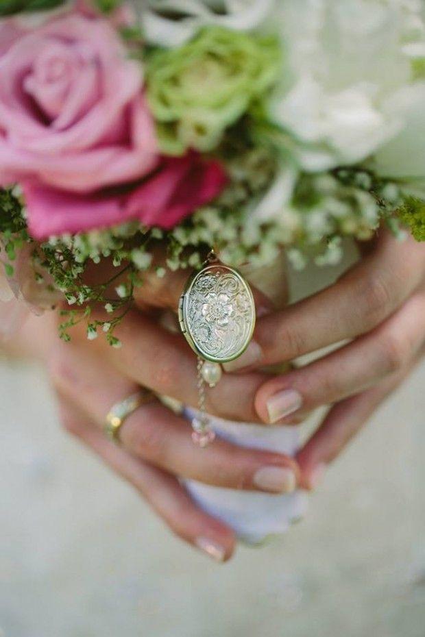 Medaillon bzw. Anhänger für Brautstrauß | Ein Foto von Deinem Schatz oder Fotos von Familienmitgliedern oder Freunden, die Dich an diesem besonderen Tag nicht mehr begleiten können #Hochzeit #Brautstrauß #Anhänger