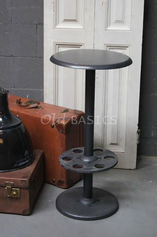 Kruk 40023 - IJzeren barkruk in een donkergrijze kleur. De kruk heeft een industrieel karakter en past helemaal in de trend van nu!