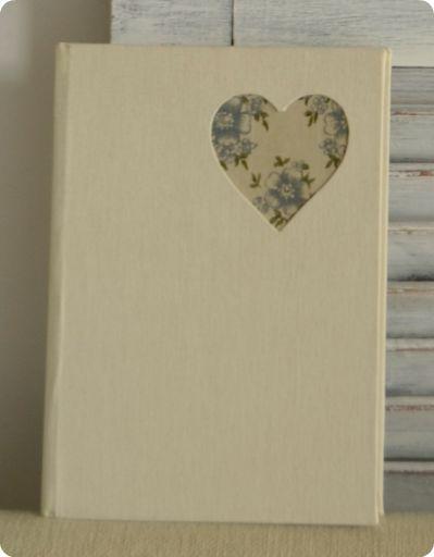 Cuaderno eco-amigable con corazón calado. Tela de fondo recuperada. Papel reciclado.