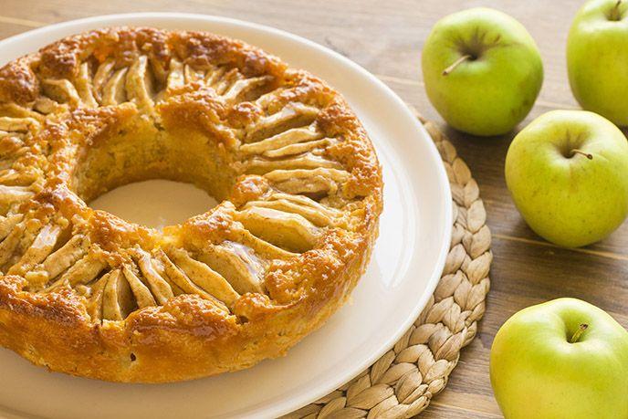 Il CIAMBELLONE DI MELE è una ricetta facile e veloce che piacerà davvero a tutti, grandi e bambini! La particolarità di questa ciambella è l'altissimo contenuto di mele; infatti soli 150 grammi di farina accolgono circa 1 kilo di mele!