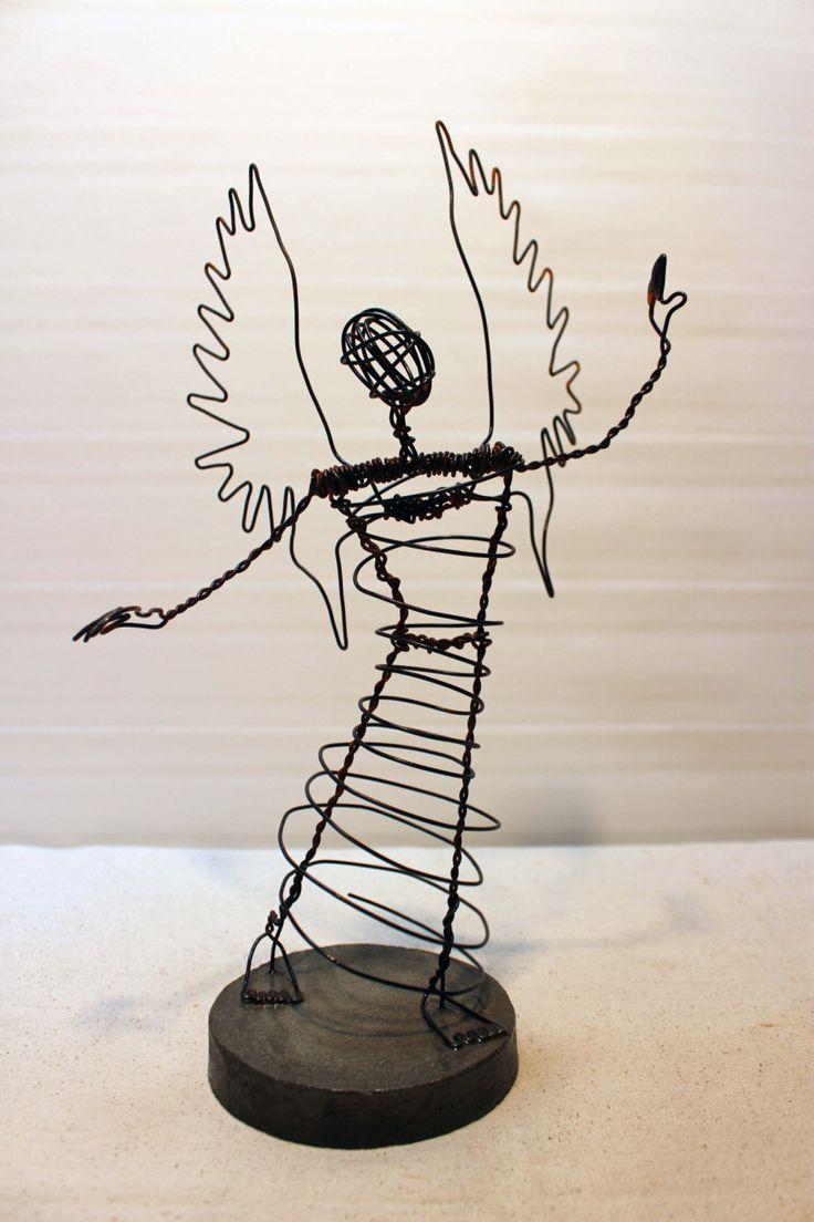 Sculpture. Personnage en fil de fer rouillé sur base de ciment. Petit Homme. Ange. 15.17 de la boutique LeRougedeMars sur Etsy