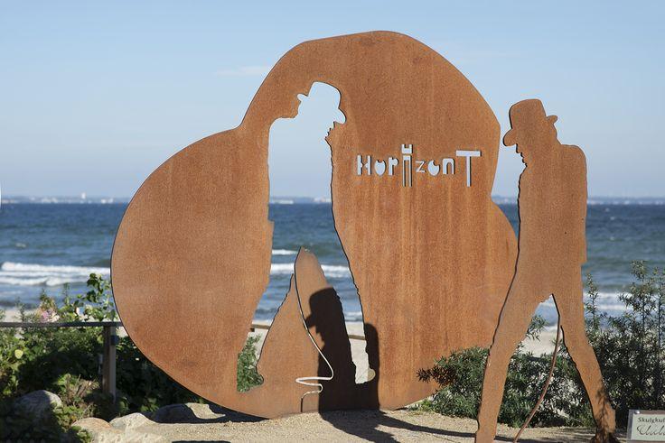 """#TimmendorferStrand Eine massive Platte aus Schiffsstahl erlaubt den Durchblick auf den Horizont. Das Wort """"Horizont"""" und die Silhouette des Rockstars Udo Lindenberg wurden aus der Stahlplatte ausgeschnitten, wobei da…"""
