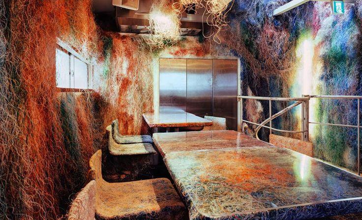 Этот радужный, «лохматый» дизайн разработал Кэнго Кума. Для украшения мебели и стен архитектор взял тонкие разноцветные кабели.