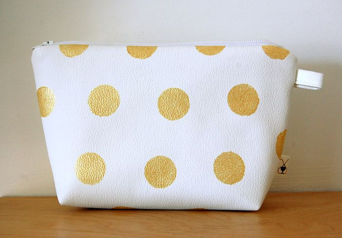 Pochette, clutch in similpelle bianca con stampa di pois dorati : Astucci di cri-cri-de-coeur