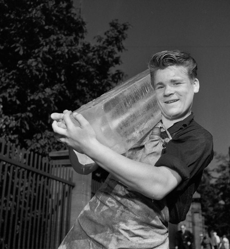 Sommer, 1957. I 1950'erne var elektriske køleskabe nymodens. Fabrikken Atlas havde i 1956 markeret produktionen af køleskab nr. 100.000. Ismanden, som bragte store isblokke til husholdningernes isskabe, var stadig et almindeligt syn i gadebilledet. Og populær var han, når han med sin syl slog fliser af blokken til vederkvægelse for gadens børn.