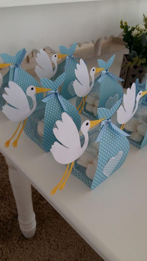 Centro de mesa con cigüeña y dulces para baby shower - https://manualidadesparababyshower.net/centro-de-mesa-con-ciguena-y-dulces-para-baby-shower/