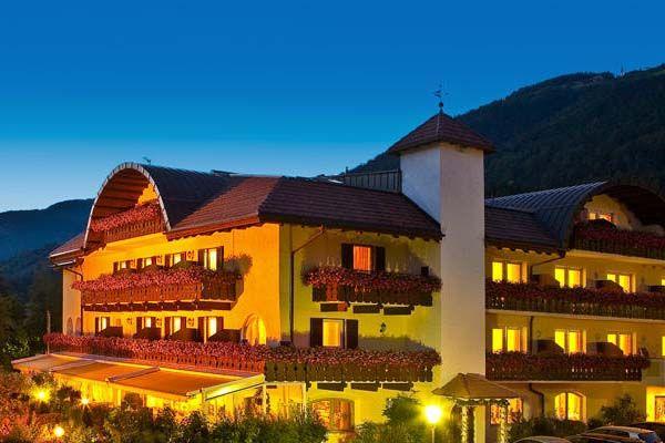 Hotel Kristall * * * *: www.kristall-hotel.upps.it  Herzlich willkommen den Urlaub genießen! Das Hotel Kristall, ein exklusives und familiär geführtes Haus im Herzen der Dolomiten. Umgeben von Bergen und Wäldern in einer wunderschönen, naturbelassenen Landschaft.  Gastfreundschaft, familiäres Ambiente sowie individuelle Betreuung. Wir haben es uns zum Ziel gesetzt, Ihren Aufenthalt zu einem Fest für die Sinne zu machen. Erholen und entspannen Sie sich vom Alltag.