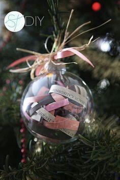 Doorzichtige kerstbal met stroken tekst
