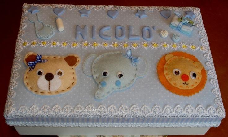 Scatola di cartone rivestita di tessuto e decorata con animaletti di feltro + miniature in fimo.
